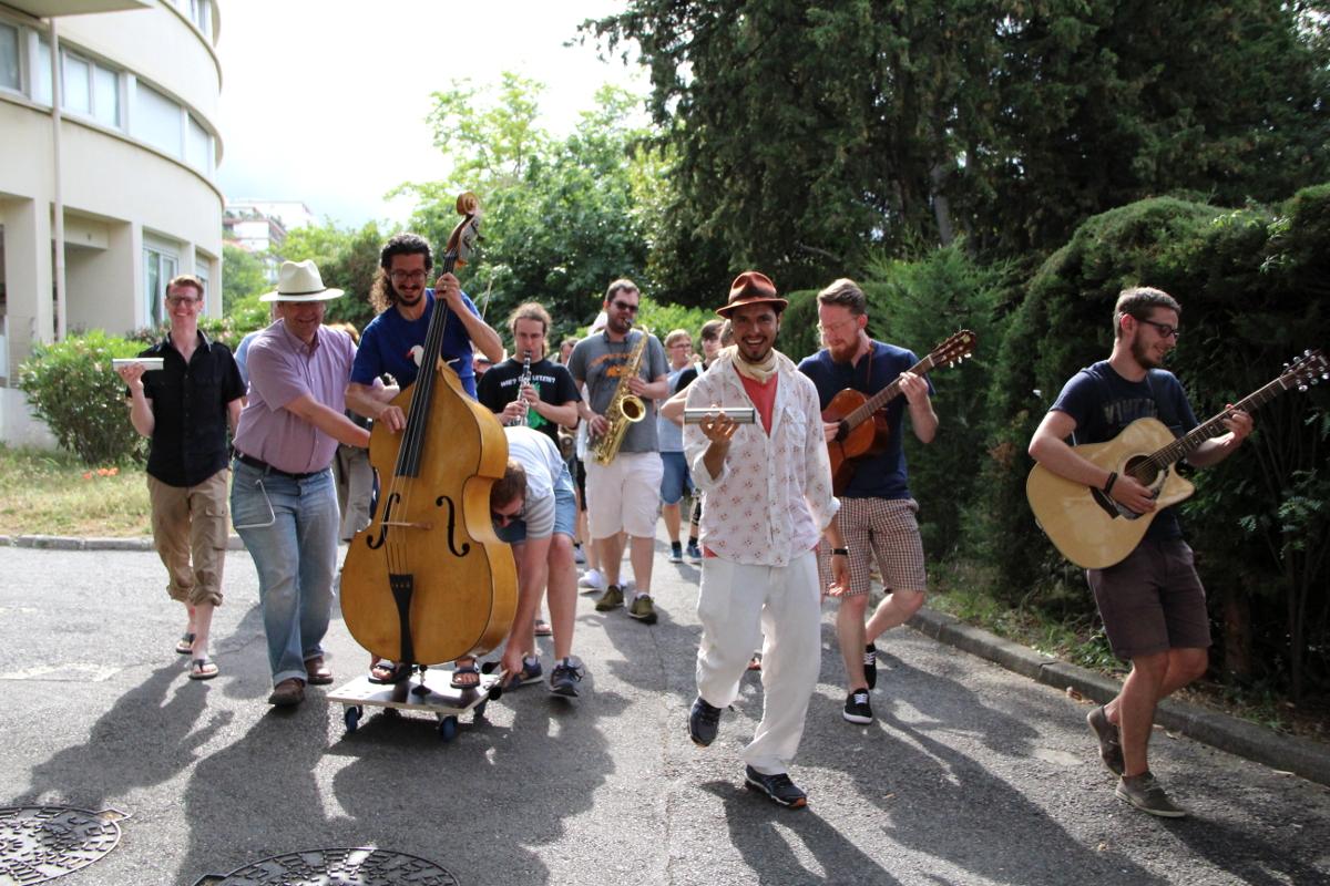 Die Augsburger Musiker auf dem Weg zu einem Konzert