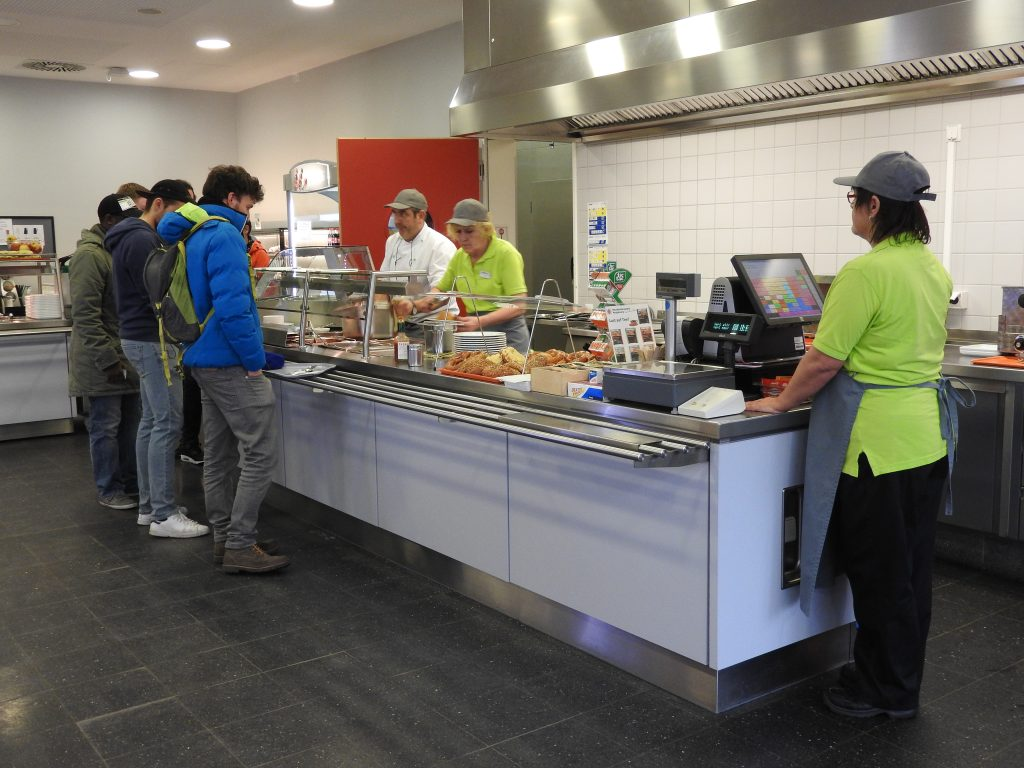 Cafeteria & Mensa Campus Brunnenlech bei der Essensausgabe